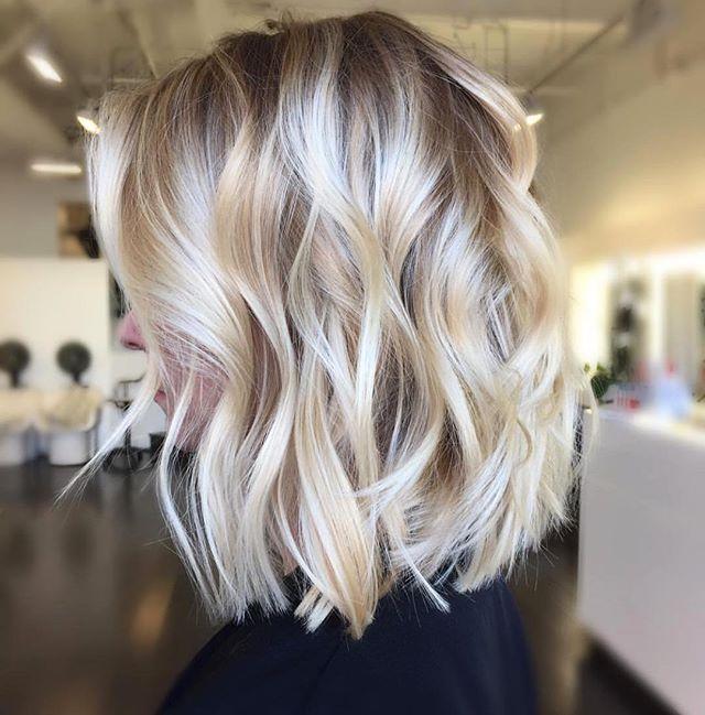 A cor natural loiro escuro acinzentado permite luzes em tons claríssimos e platinados mantendo a saúde dos fios
