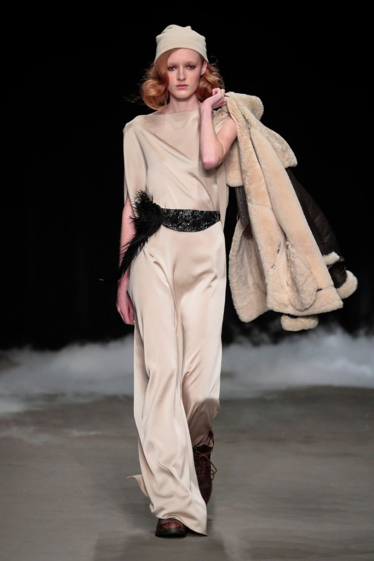 Saskia ter Welle | Come Fly with Me | Couture Collectie | Amsterdam Fashionweek | 27 januari 2017 Jurk met handgeborduurde ceintuur en veren © Team Peter Stigter