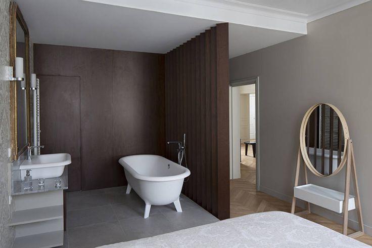 Das französische Architekturbüro Think Tank hat sich einer wunderbaren Wohnung in Paris angenommen und diese klassisch und edel eingerichtet.