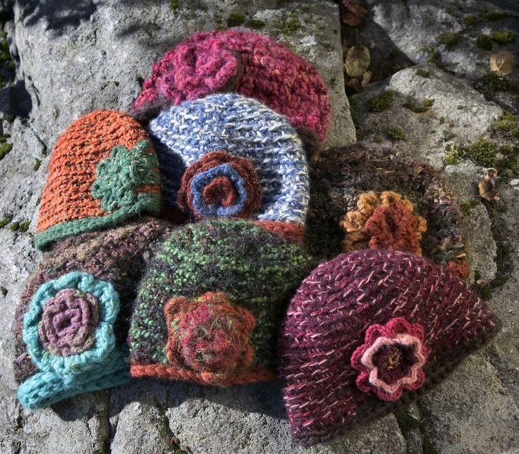 Trött på dina gamla restgarner? Bunta ihop dem och virka en riktigt vacker mössa. Avsluta skapelsen med en liten blomma.