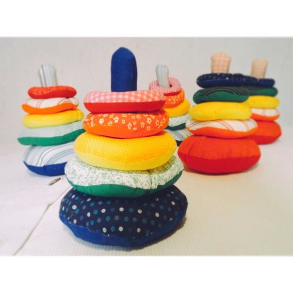 Torre de Hanói em tecido. Brinquedo educativo Montessori.