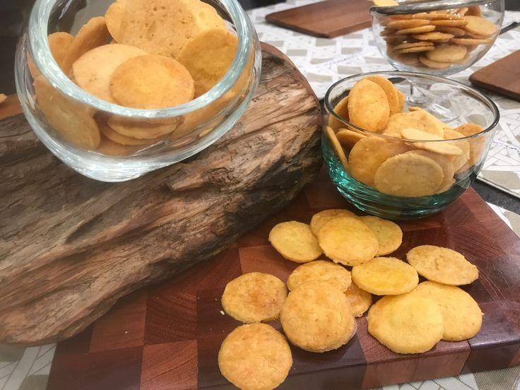Biscoitinhos de Queijos  1 1⁄3xícara (chá) de polvilho doce (150 g)  1⁄2xícara (chá) de queijo parmesão ralado no ralo fino (50 g)  1⁄2xícara (chá) de queijo prato ralado no ralo grosso (75 g)  1⁄2xícara (chá) de manteiga sem sal em cubos (75 g)  1colher (chá) de sal  1colher (chá) de pimenta caiena  1ovo levemente batido  1ovo batido para pincelar