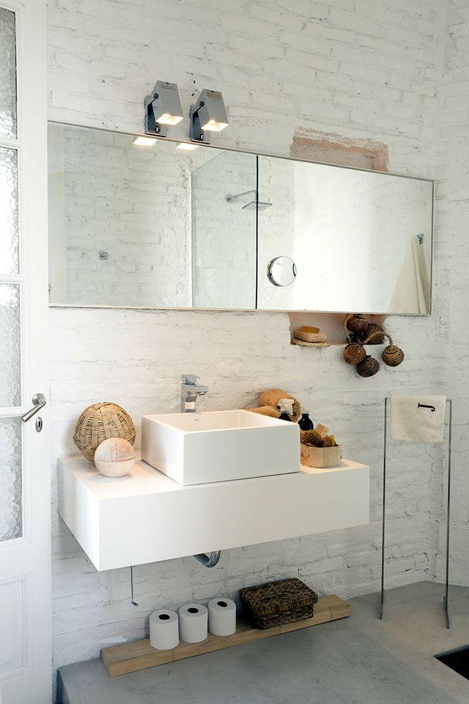 <span>Un detalle sumamente novedoso: en el baño se dejó el ladrillo visto, sin revoque, pintado de blanco. </span></p>