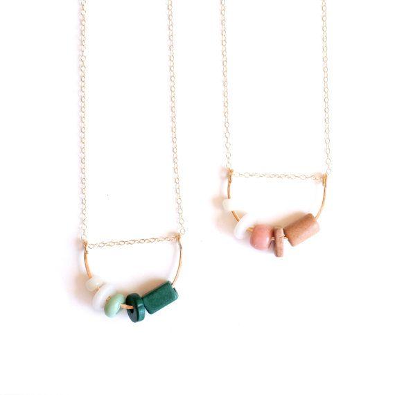 Perles de céramique et verre colorés et douces, dune part martelé forment arch enfilée sur une chaîne de remplissage or fine. La chaîne est