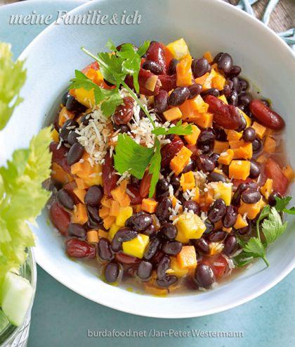 Dieser Salat ist eine typische Spezialität in der Karibik - perfekt für ein temperamentvolles Fest mit Gästen.  Rezept auf: http://www.meine-familie-und-ich.de/rezepte/karibischer-bohnensalat  Foto: burda-food-net/Jan-Peter-Westermann