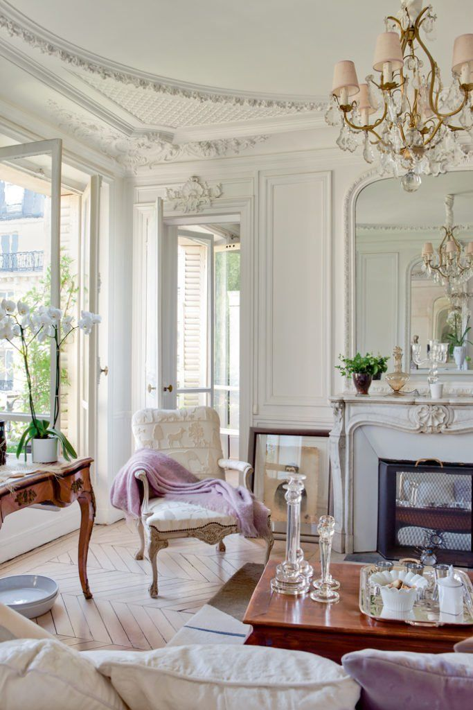 Bright and airy Parisian chic space with luxurios details like chandelier and plaster of Paris @pattonmelo