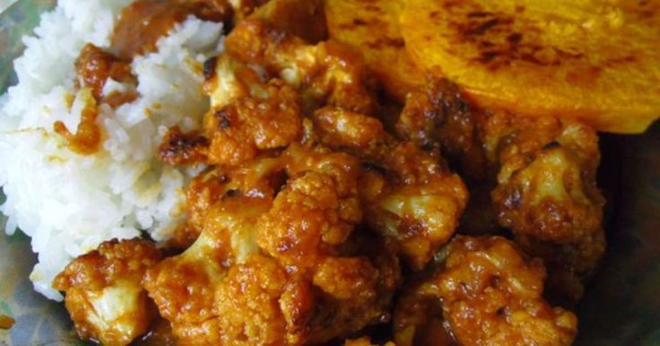 Assiette vegan de butternut, chou-fleur et tempeh à la sauce maison teriyaki aux dattes. Une assiette d'automne et d'hiver mêlant un riz parfumé et de la courge butternut avec des fleurettes de chou-fleur et du tempeh (ou du tofu) à une sauce teriyaki revisitée aux dattes.. La recette par une mure sauvage.