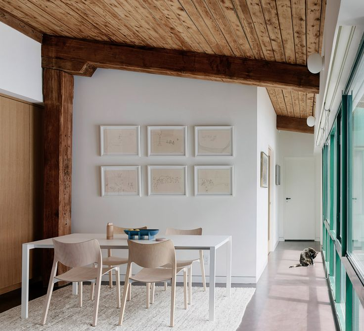General Assembly has revamped this Brooklyn loft uncovering the original wooden beams. The dining area features STUA​ Laclasica ash-wood chairs. LACLASICA: www.stua.com/design/laclasica