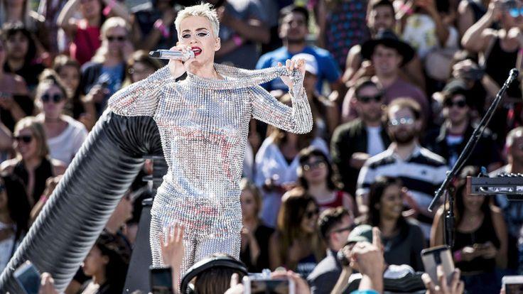 Katy Perry se met à nu à l'occasion d'un livestream de 96 heures - SFR News  ON VA OU CETTE  PERSONNE EST A ENFERMER CHEZ ELLE
