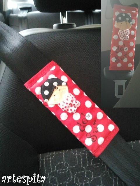 protector de cinturón de coche.. así luce él =)