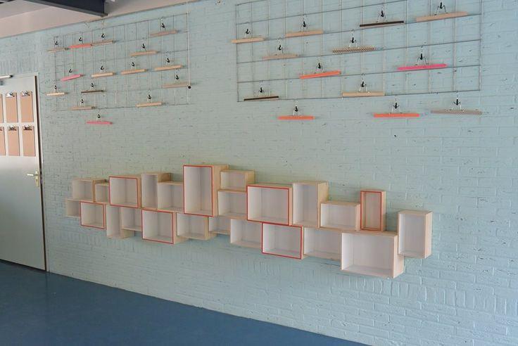 Kistjeswand (Xenos) en draadstaalrek met kleerhangers (Ikea).
