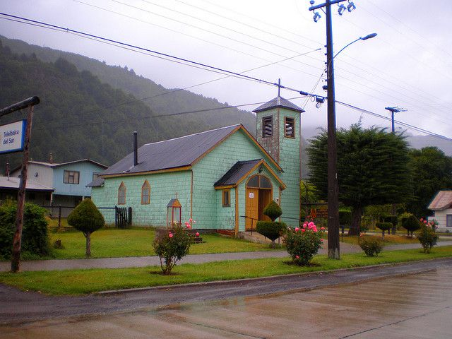Iglesia Catolica en Futaleufu by Cata Yentzen   from Flickr http://www.flickr.com/photos/tengounabici/3341924391/