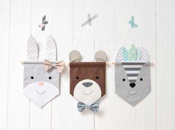 Dieses schöne Bunny-Banner ist ideal, um an eigene hängen und dekorieren Ihr Kind Kinderzimmer oder Spielzimmer. Das Banner besteht aus Baumwolle und Filz und seine Maschine zusammengenäht von mir. Maßnahmen (ohne Ohren) 10 x 13 (17 cm x 23 cm) und umfasst Dübel und White Zahnseide zum