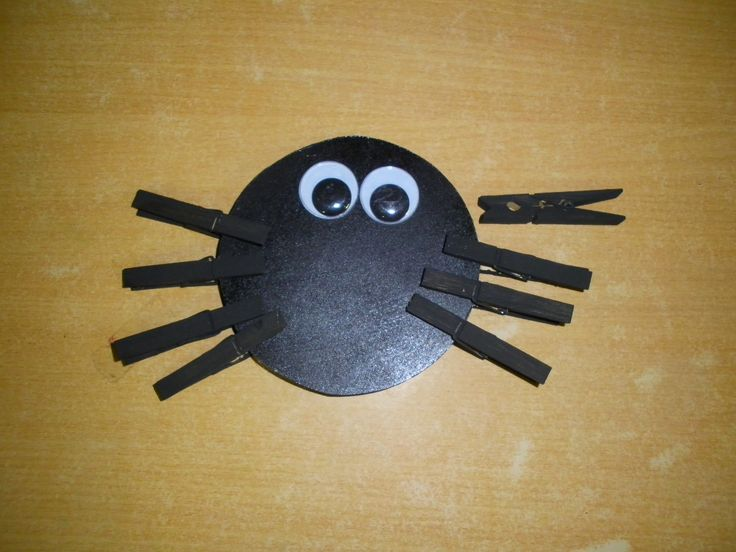 spinnenpoten: fijne motoriek (houten lijfje met wasknijpers)
