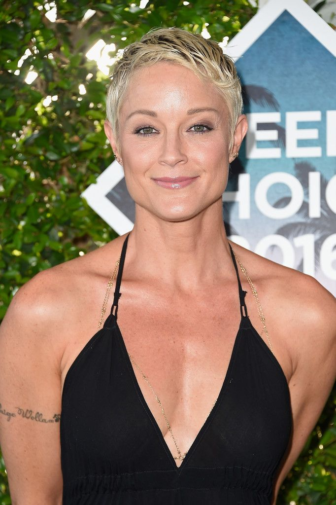 Teri Polo Pixie - Teri Polo attended the Teen Choice Awards 2016 sporting a super-cool pixie.