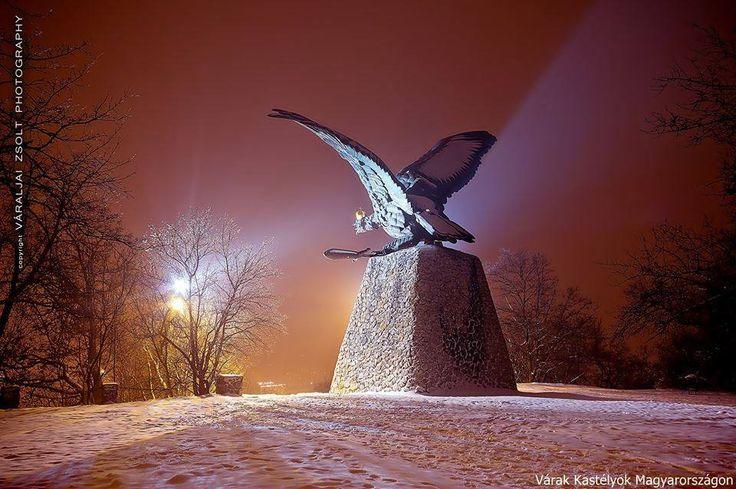 A Tatabánya melletti Kő-hegy tetején lévő turulszobor Európa legnagyobb madarat ábrázoló szobra: a kiterjesztett szárnyak fesztávolsága majdnem 15 méteres. Kézai Simon krónikája szerint a honfoglaló Árpád vezér seregei a mai Tatabányánál győzték le Szvatopluk szláv fejedelem hadait. A millennium alkalmából helyi kezdeményezésre felállított turulszobor Donáth Gyula alkotása. 1992-ben felújították és újra felavatták.