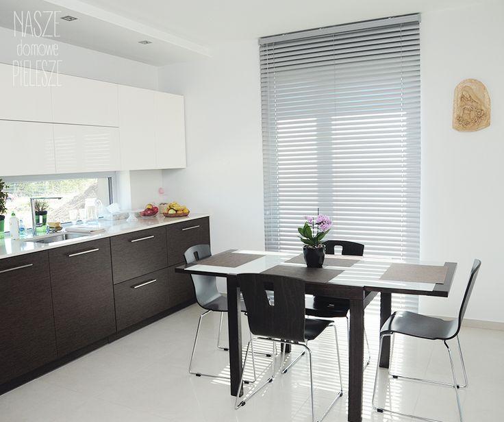 Srebrna żaluzja aluminiowa w nowoczesnej kuchni.