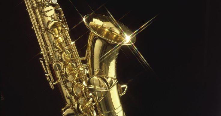 Cómo hacer un saxofón de PVC. Al enseñarle a los niños los distintos instrumentos musicales, puedes hacer la lección más divertida mostrando cómo construir una versión tridimensional de un instrumento usando materiales básicos. Por ejemplo, puedes construir un saxofón tridimensional con tubos de PVC y cinta adhesiva. Con esto, le permitirás a los niños entender mejor cómo se ...