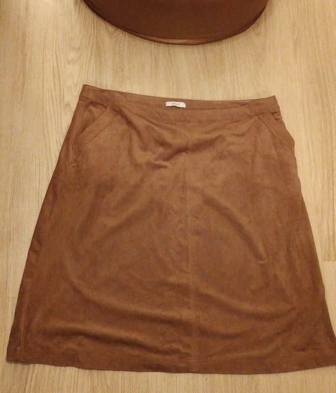 751767010 Faux suede skirt~22 - Per una cognac faux suede skirt with pockets. 22
