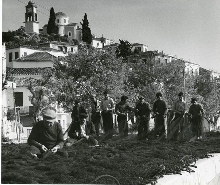 Ο Βρετανός φωτογράφος, Wolf Suschitzky, ταξίδεψε στη χώρα μας, τη δεκαετία του '60- Το ταξίδι του κατέγραψε σε σαράντα και πλέον ασπρόμαυρες φωτογραφίες που μας γεμίζουν νοσταλγία! Ο φωτογράφος Wolf Suschitzky βρέθηκε στην Ελλάδα το 1960 και αποτύπωσε με το φακό του την χώρα μας, τις παραδόσεις και τις ασχολίες των κατοίκων. ΣΚΙΑΘΟΣ