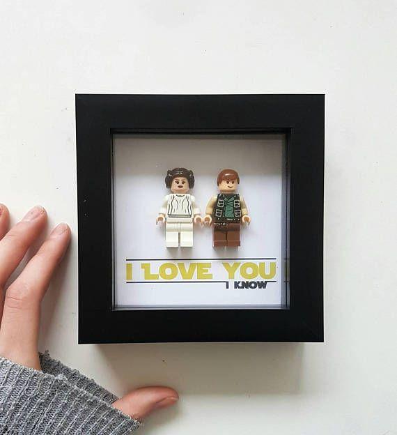 Hallo.. LEGO-Rahmen mit Hans Solo und Leia. Es ist auf Fotopapier für hohe Qualität und lebendige Farbe gedruckt. Diese sind nicht real Lego Figur aber Lego inspiriert. Ich habe andere Star Wars Figuren, die es in anderen angeboten. Vielen Dank... Nachricht an mich mit Fragen, ich