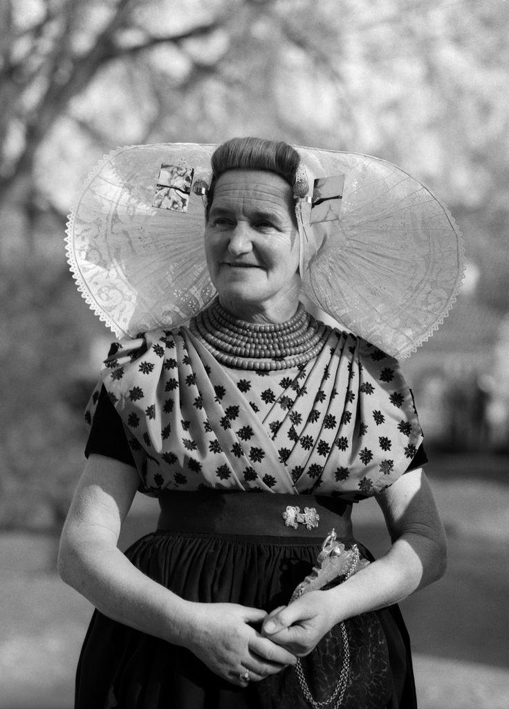 Zuid-Bevelandse vrouw met protestantse klederdracht, Zeeland (1950-1960), foto Cas Oorthuys