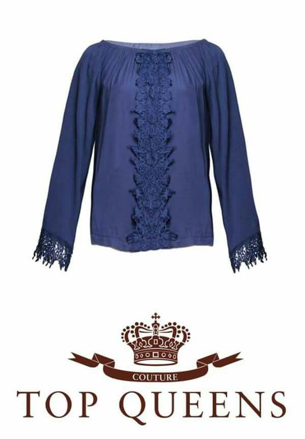 Blusa disponible en azul y en blanco. Precio único 25€