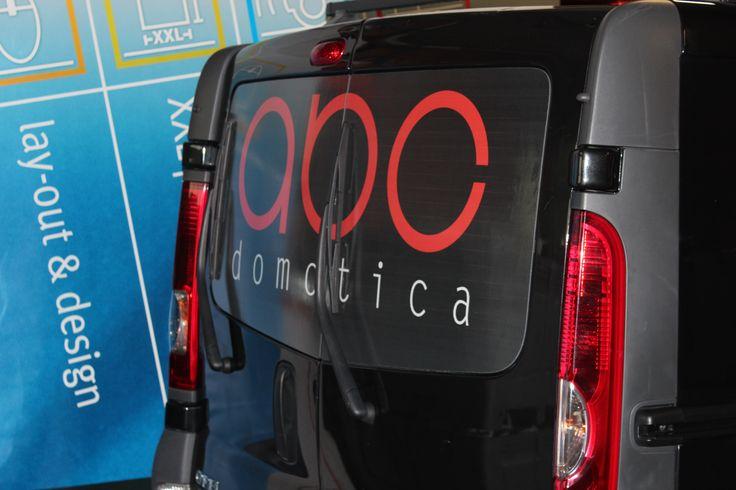 Full color print op een one way vision folie, hier op de achterruit van een bestelwagen van ABC Domotica. Deze print is voorzien van een beschermlaminaat zodat deze niet kan beschadigd worden door het wrijven van de ruitenwissers.