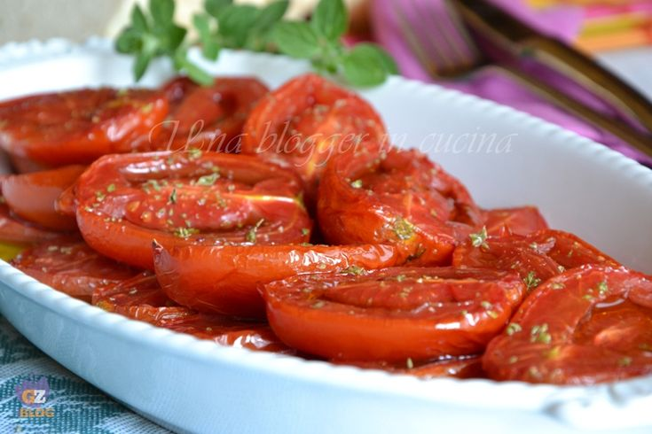 Pomodori arrosto, preparati con pochi e semplici ingredienti, da abbinare a piatti di carne o pesce. Pomodori, origano, aglio, olio extra vergine di oliva.