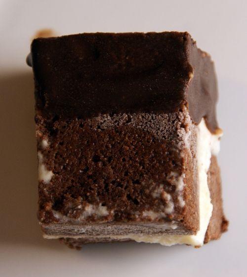 Brownie  1 boks bønner, ca 170 gram, dette kan være svarte bønner, hvite bønner eller kikerter 1 egg 1 eggehvite, ta vare på eggeplommen til isen 2 ss smeltet kokosolje eller smør 2 ss yacon sirup eller honning, kan byttes med mer sukrin 40 g mocca-protein, eventuelt annen tørrvare 20 g kokosmel  4 ss kakao 4 ss sukrin 1 ts vaniljepulver 1 ts bakepulver 1/3 ts salt