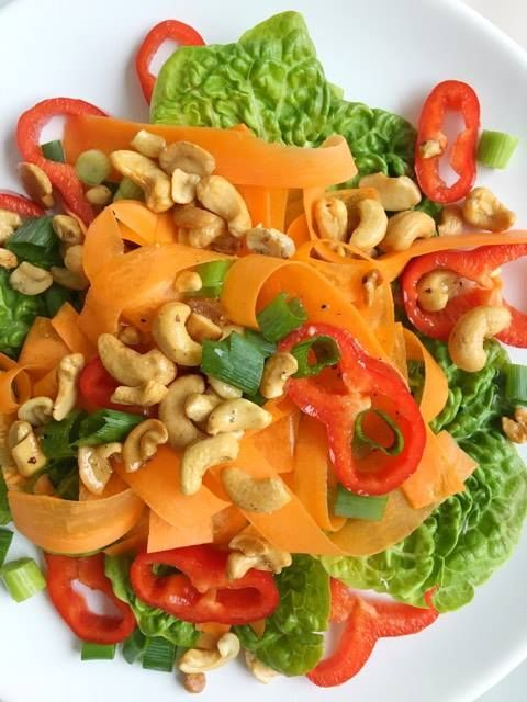 Salade van wortel, puntpaprika & cashewnoten / salad of carrot, pepper and cashew nuts