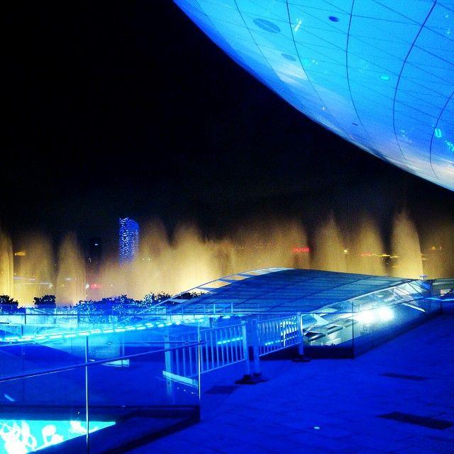 梅赛德斯奔驰文化中心 Mercedes-Benz Arena in 浦东, 上海 The Mercedes-Benz Arena is one of Shanghai's premier multipurpose venues. It is among the city's top spots for music - with bands playing either the arena itself or the smaller Mixing Room & Muse space - and sport, too