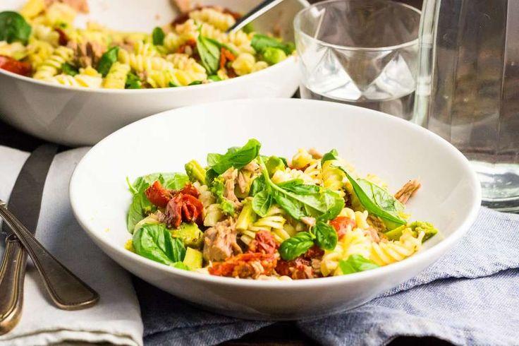 Recept voor pastasalade voor 4 personen. Met zout, water, olijfolie, peper, fusilli (pasta), tonijn uit blik, avocado, citroen, zongedroogde tomaten in olie en basilicum