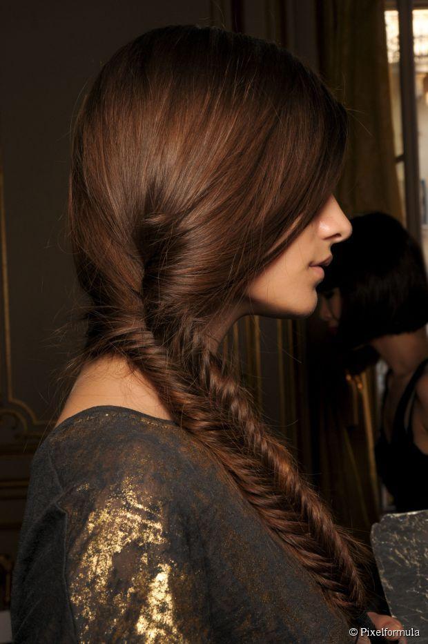 Apliques de cores diferentes ajudam a dar mais dimensão e textura às tranças em cabelos castanhos e ruivos