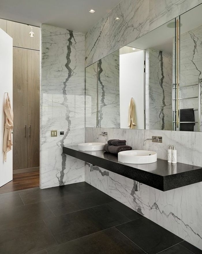 jolie salle de bain en marbre gris et sol en parquet foncé