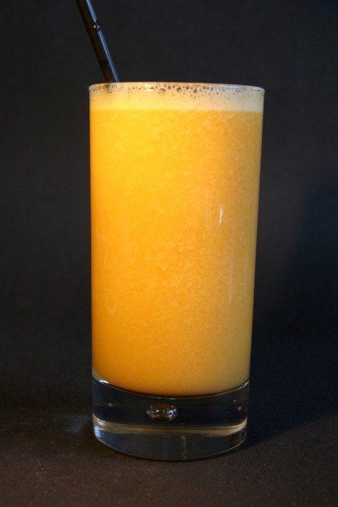 Персиковый сок с клубничным льдом