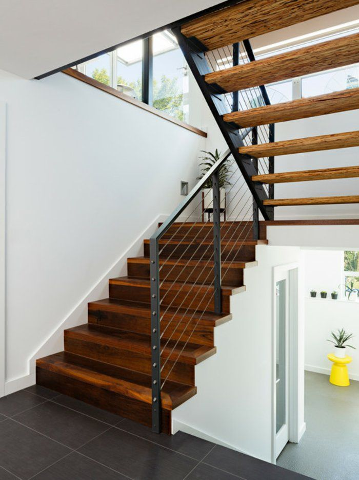 treppen gel nder schwarze bodenfliesen wei e wandfarbe. Black Bedroom Furniture Sets. Home Design Ideas