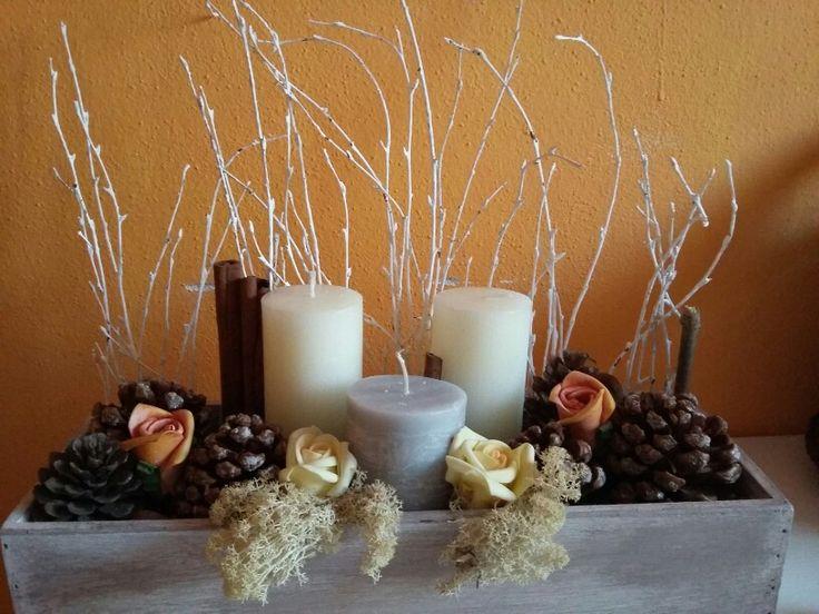 Centrotavola per matrimonio con rami di betulla pigne castagne cannella candele e muschio
