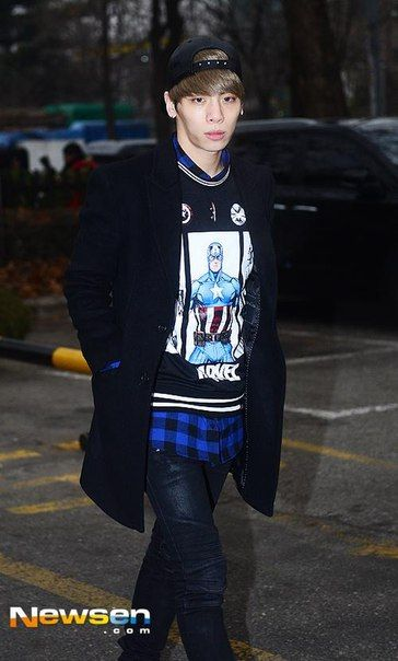 150116 Jonghyun по пути на Music Bank. Full:https://pbs.twimg.com/media/B7bzDiMCcAAsDtE.jpg