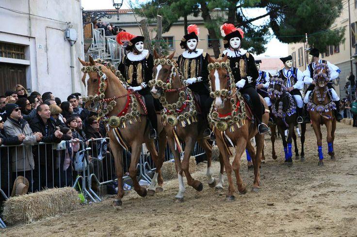 #Sartiglia - Cavalli riccamente bardati a festa con fiocchi e rasi colorati, montati da cavalieri rivestiti dei preziosi costumi della tradizione sarda e di quella spagnola