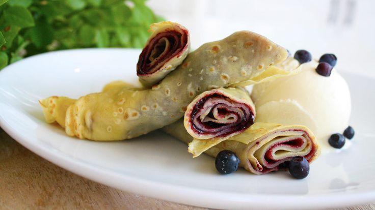 Pannekaker med rørte blåbær - Crepes - dessertpannekake - skal være tynnere enn tynnest og serveres med for eksempel is og bær. Denne pannekakeoppskriften er en slik crepes-oppskrift, men disse spiser jeg like gjerne til middag, selv om det da ofte må en hel stabel til for å mette magene. Om du ikke har tilgang til naturens egne matkammers kan du kjøpe frosne blåbær. Til pannekakene rører du friske eller frosne blåbær med sukker til du synes det er passe søtt, eller du bruker ferdig…