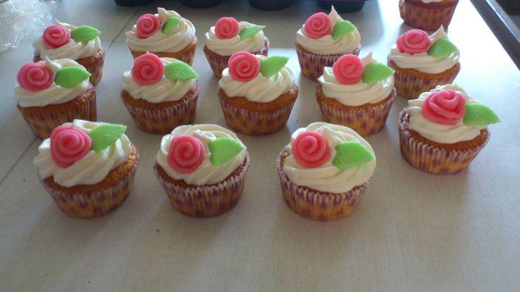 cupcakes με τριανταφυλλα απο ζαχαροπαστα