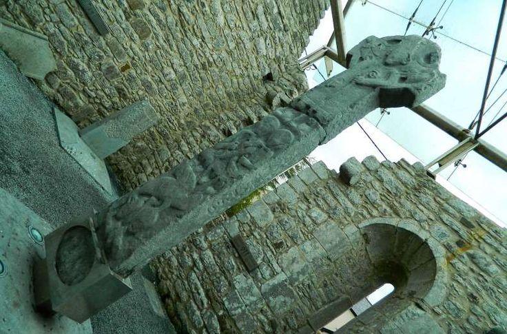 Cruzes celtas em Kilfenora, na região de The Burren - Foto: Ticiana Giehl e Marquinhos Pereira/Escolha Viajar