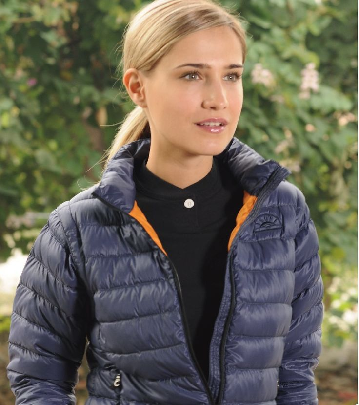 Down jacket with detachable sleeves. Wear it 3 seasons out of the year! Available in black, navy and white.