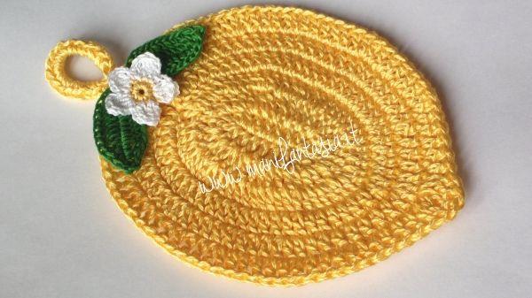 in questo articolo ti spiego come realizzare una presina uncinetto a forma di limone con uno schema scritto anche per le foglie eil fiorellino