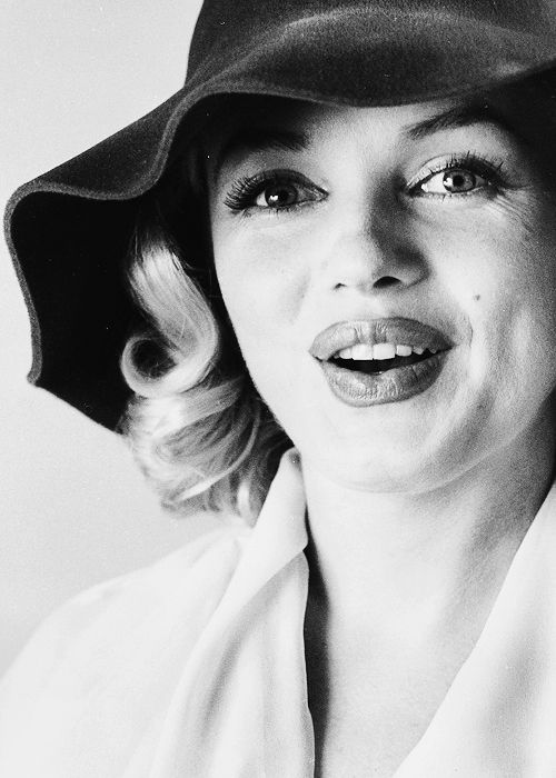 Marilyn photographed by Carl Perutz, 1958.