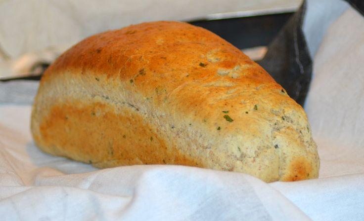 Dette er en grund opskrift på et rigtigt godt brød som kan varieres med forskellige typer mel og grønt (kan udelades) alt efter hvad du lige har i skabet... Idag var det Persille jeg havde overskud af - brødet bliver en succes hver gang... :-)  Til et sandwichbrød/franskbrød, 15 pølsehorn e....