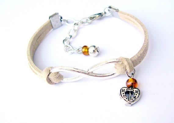 Bracciale con simbolo Infinito e ciondolo cuore  di KlaritaBijoux, €8.00