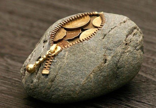 Haal een stuk uit de steen en plak een rits om het gat, vul het eventueel met iets, leuk idee als je geld als kadootje geeft