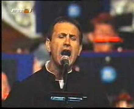George Dalaras - S' agapo giati ise orea (live, 2001) Wow, beautiful♥